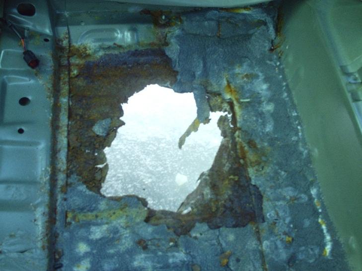 2005 taurus the rust bucket-back-floor.jpg